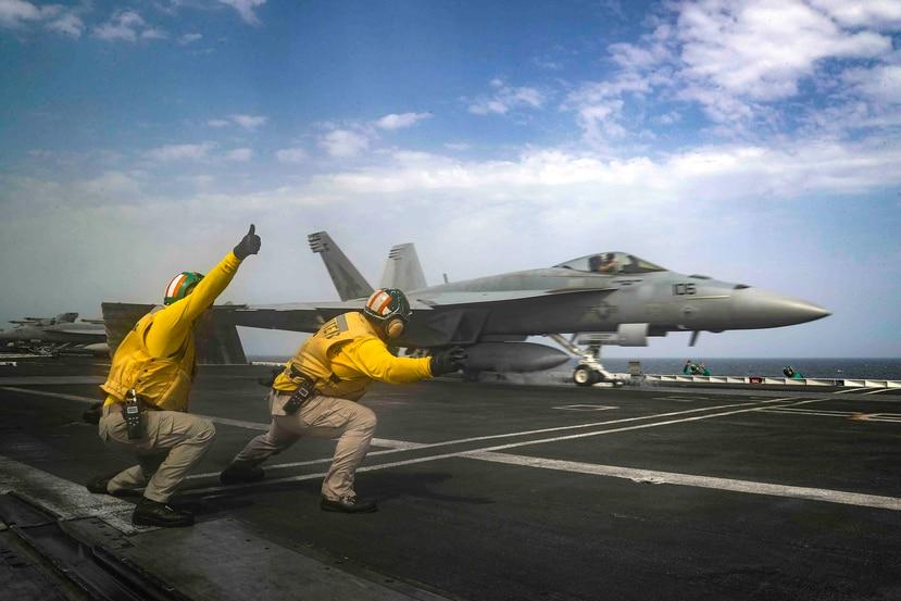 Pilotos de cazas F/A-18 del Navy estadounidense se han visto involucrados en varios incidentes con objetos voladores no identificados. (AP)