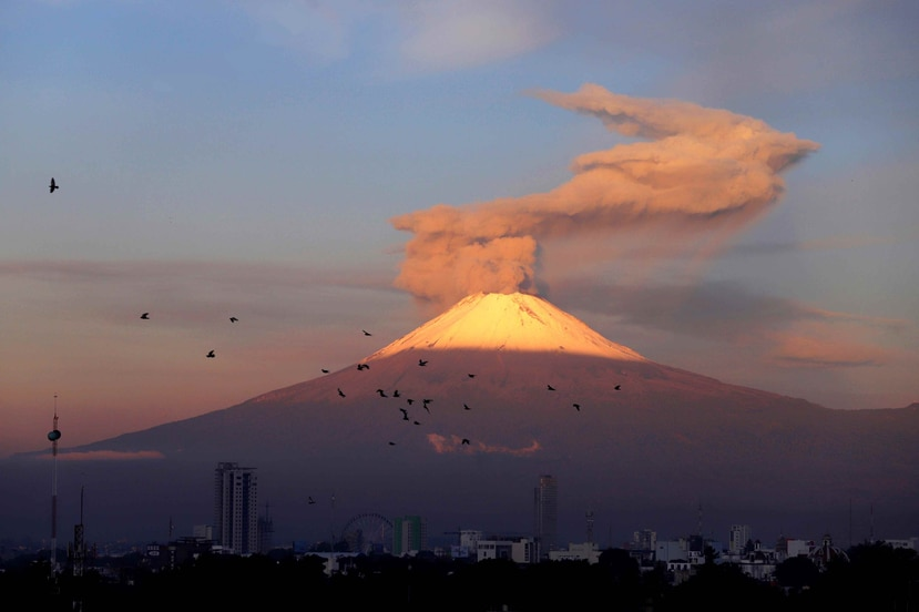Momento en que el volcán Popocatépetl comienza su erupción. (EFE)