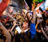 Manifestantes frente a La Fortaleza la noche de la renuncia de Ricardo Rosselló. (GFR Media)