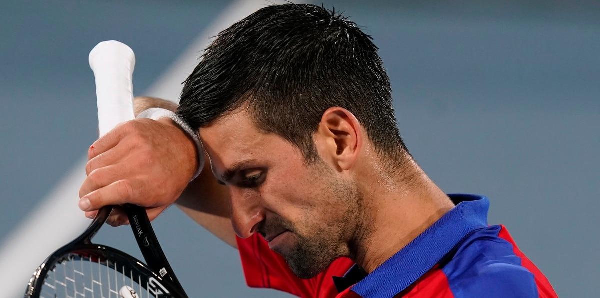 Novak Djokovic se remueve el sudor durante el partido del viernes. El serbio cayó en tres sets.