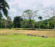 El Centro Ceremonial Indígena de Caguana consta de doce bateyes rodeados por una variedad de piedras con petroglifos.