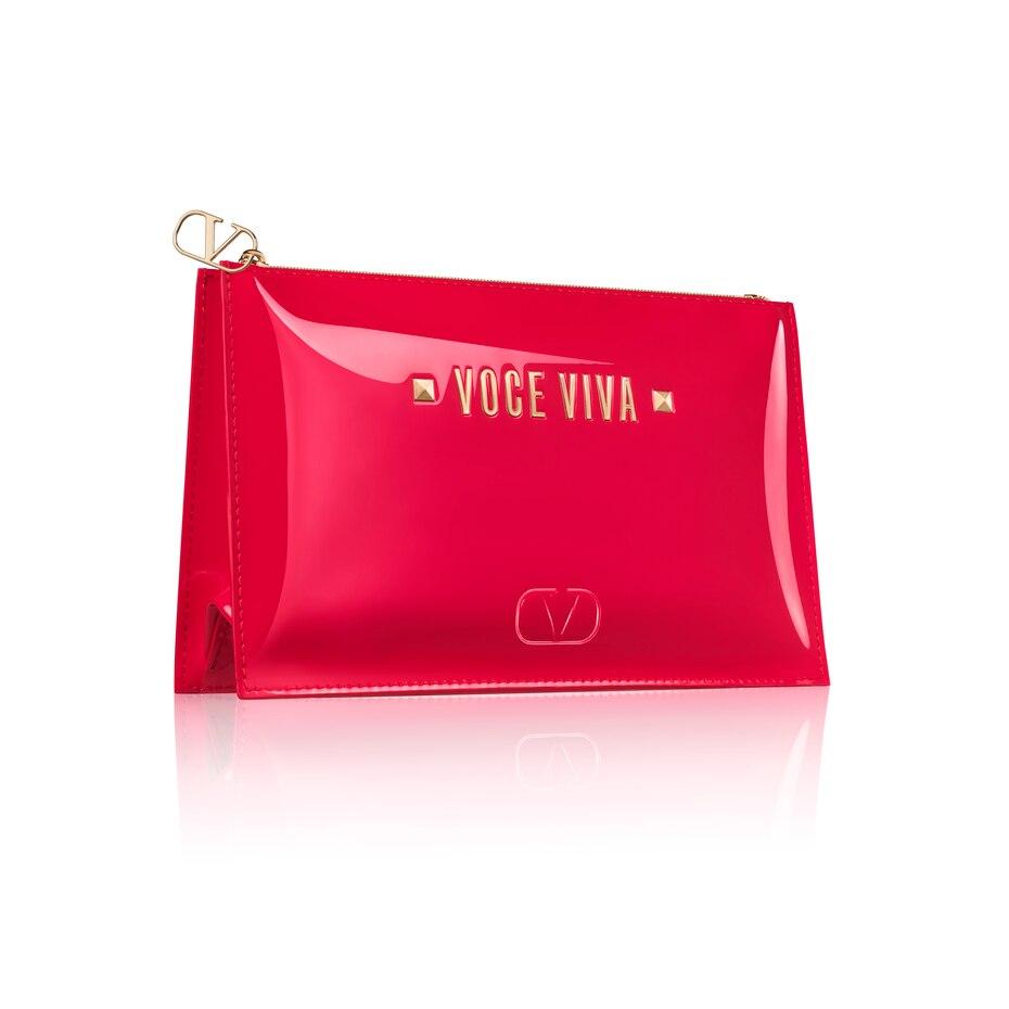 Valentino – Voce Viva: Con la compra de la fragancia Voce Viva 100 ml. recibe como obsequio una hermosa cartera de cosméticos valorada en $35. Valido en Macys hasta el 8 de mayo o agotar existencias.