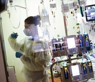 Una enfermera atiende a un paciente con COVID-19 en la unidad de cuidados intensivos médicos (MICU) del St. Luke's Boise Medical Center en Boise, Idaho, Estados Unidos.