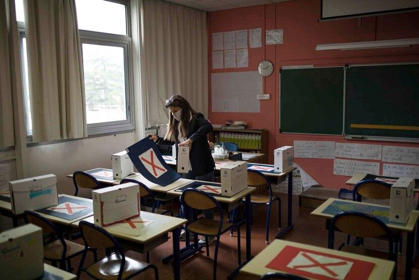 Sylvie Duquesnoy, directora de la escuela primaria Saint-Tronc Castelroc, prepara un aula para recibir a estudiantes que regresan a la escuela de forma voluntaria. (AP)