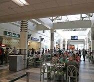 """Explicaron que no se restringirán el paso de los clientes al área del """"food court"""", pero sí se eliminarán la mitad de las mesas y sillas, de manera que solo haya espacio para acomodar a un 50%."""