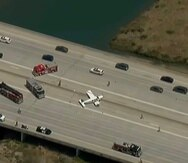 Al menos uno de los vehículos que se detuvo sobre la autopista parecía haber sufrido daños.