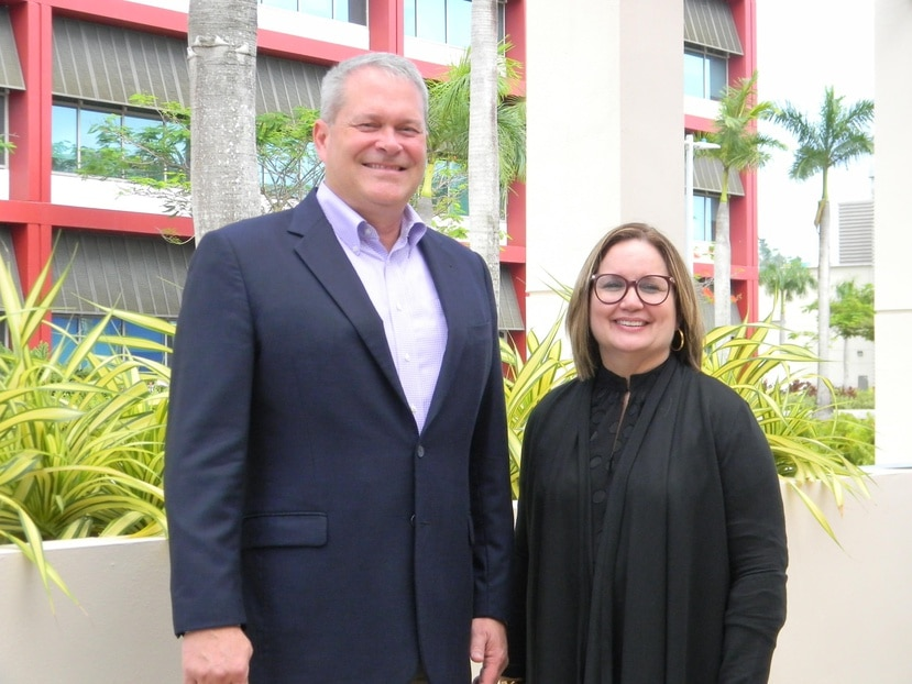 Kerry Ingalls, vicepresidente de Operaciones de Amgen, junto a la directora de Recursos Humanos, Diana Flores. (Suministrada)