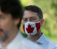 Político canadiense aparece desnudo en sesión del Parlamento tras dejar la cámara encendida