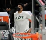 Giannis Antetokounmpo de los Bucks de Milwaukee mira hacia la pizarra durante el segundo tiempo del quinto partido de la serie final de la Conferencia Este contra los Hawks de Atlanta.