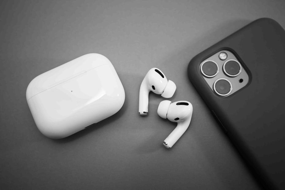Apple AirPods Pro | Ante la eliminación de los puertos para audífonos en un mayor número de equipos, los inalámbricos avanzan a convertirse en el estándar. En los iPhone más recientes, la única opción obligada son los AirPods. (Shutterstock.com)