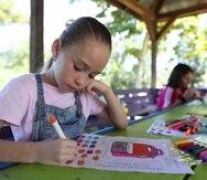 Génesis Alameda, en primer plano, fue una de las estudiantes que comenzó su jornada de clases en el parque pasivo de Lajas.