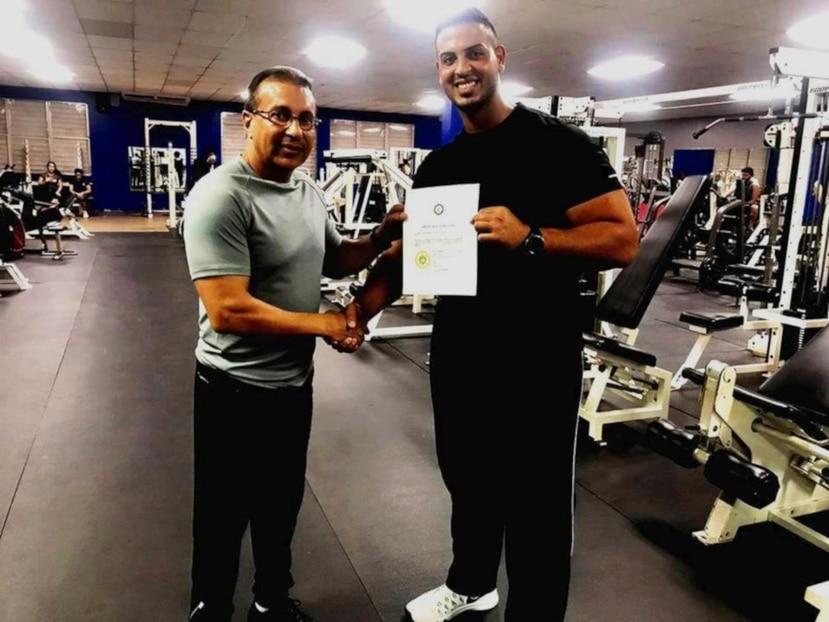 El propietario de Perfect Body Gym, Luis Ángel Acosta Díaz, junto a Jonathan Ayala (Sebastián Guerra), vicepresidente y presidente respectivamente del Humacao Profesional Wrestling Academy. (Suministrada)