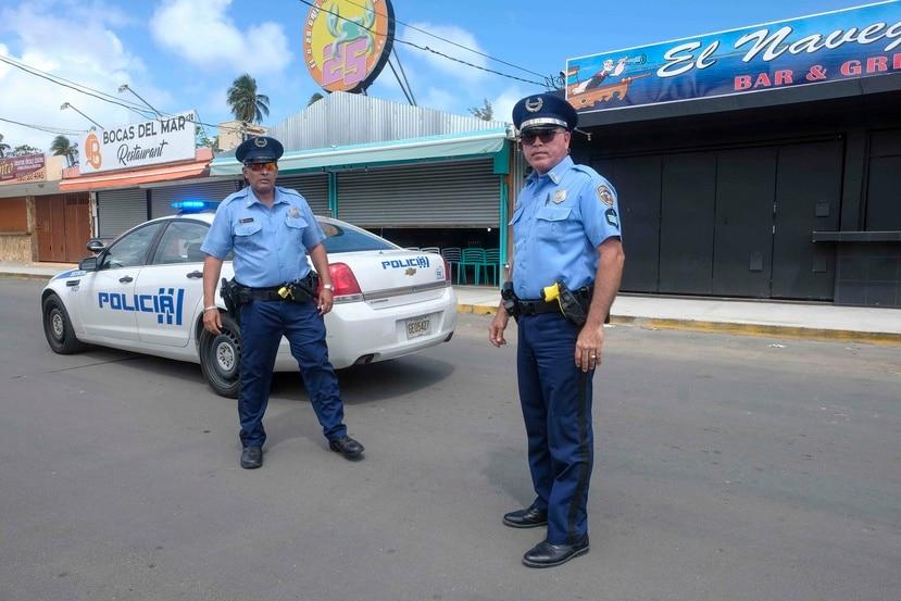 Dos policías patrullan los kioskos de Luquillo para asegurarse que se cumple con el toque de queda. (GFR Media / Gerald López Cepero)
