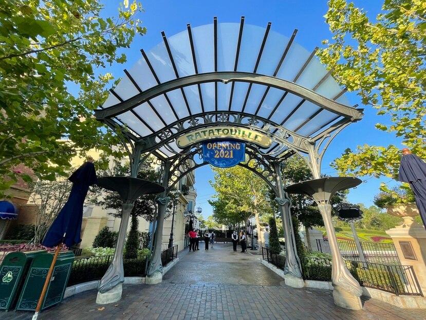 Para llegar a la atracción pasarás primero por una simbólica entrada con un arco de estilo art nouveau.