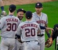 José Altuve (centro), de los Astros de Houston, festeja con Kyle Tucker, Chas McCormick y Carlos Correa tras eliminar a los White Sox de Chicago en la serie divisional de la Liga Americana, el martes 12 de octubre de 2021