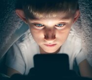El uso excesivo del teléfono inteligente podría hacer daño al desarrollo del cerebro en los niños y jóvenes.