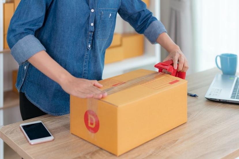 Cierra la caja con cinta adhesiva de 2 pulgadas de ancho y refuerza las uniones. (Shutterstock)