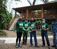 Desde la izquierda, Karina Zuñiga, Pedro Rivera, Javier Santos, Armando Asencio y Michael López sostienen la maqueta que sirvió de base para el proyecto Casa Mía.