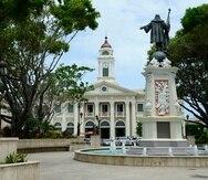 En la foto, una vista de la Casa Alcadía de Mayagüez desde la Plaza de Recreo Cristóbal Colón.