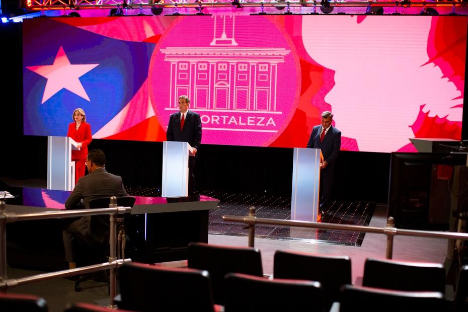 Los tres candidatos se aprestan a iniciar el debate llevado a cabo en los estudios de Telemundo.