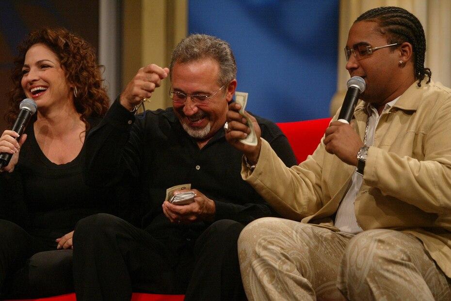 Gloria y Emilio Estefan y Don Omar en febrero de 2004. (GFR Media)