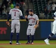 El campocorto de los Astros de Houston, Carlos Correa (1), saluda a su compañero de equipo José Altuve (27) mientras el receptor de los Mariners de Seattle, Luis Torrens, se aleja.