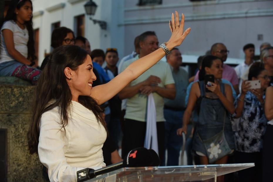 La también empresaria saluda a los cientos de personas que asistieron a la actividad antes de comenzar su anuncio.