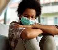 El aislamiento y la ausencia de maneras comunes de manejar el estrés debido al distanciamiento social contribuyen al deterioro de la salud mental.