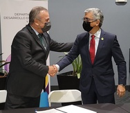 El secretario del Departamento de Desarrollo Económico y Comercio junto al  rector de la UPR-Mayagüez, Agustín Rullán Toro.