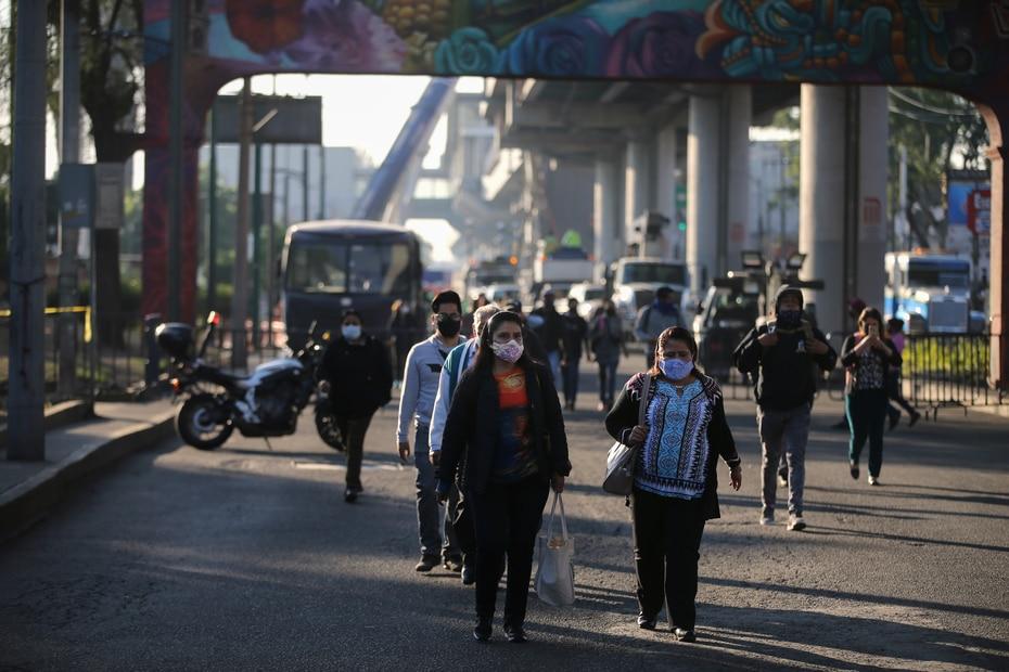 Las personas que utilizan la Línea 12 a diario para moverse en Ciudad de México tuvieron que buscar otros métodos de transporte.