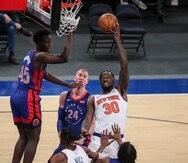 Julius Randle, alero de los Knicks de Nueva York, dispara frente a los Pistons de Detroit.