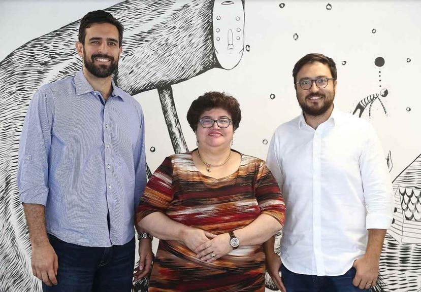 Iván Ríos y Lucy Crespo, del Fideicomiso de Ciencias, junto con Sebastián Vidal (derecha), director ejecutivo de Parallel18, anunciaron la coinversión.