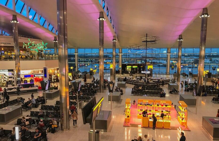 El Aeropuerto Internacional de Londres-Heathrow (LHR) es el de mayor actividad, tanto en el Reino Unido como en Europa. Además de tiendas, restaurantes y bares, este cuenta con un área exclusiva de wellness y fitness, así como con la obra de arte más larga  de Europa, con 77 metros de largo.