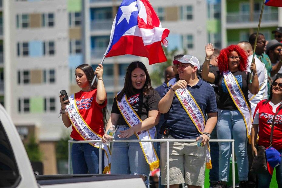 Al centro Yaymelí Meléndez, una de las estudiantes puertorriqueñas ganadoras de la beca de $2,000.