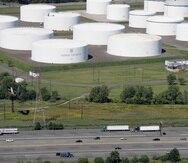 Esta fotografía de archivo del 8 de septiembre de 2008 muestra la autopista interestatal 95 frente a depósitos enormes de hidrocarburos de la Colonial Pipeline Company, en Linden, Nueva Jersey.