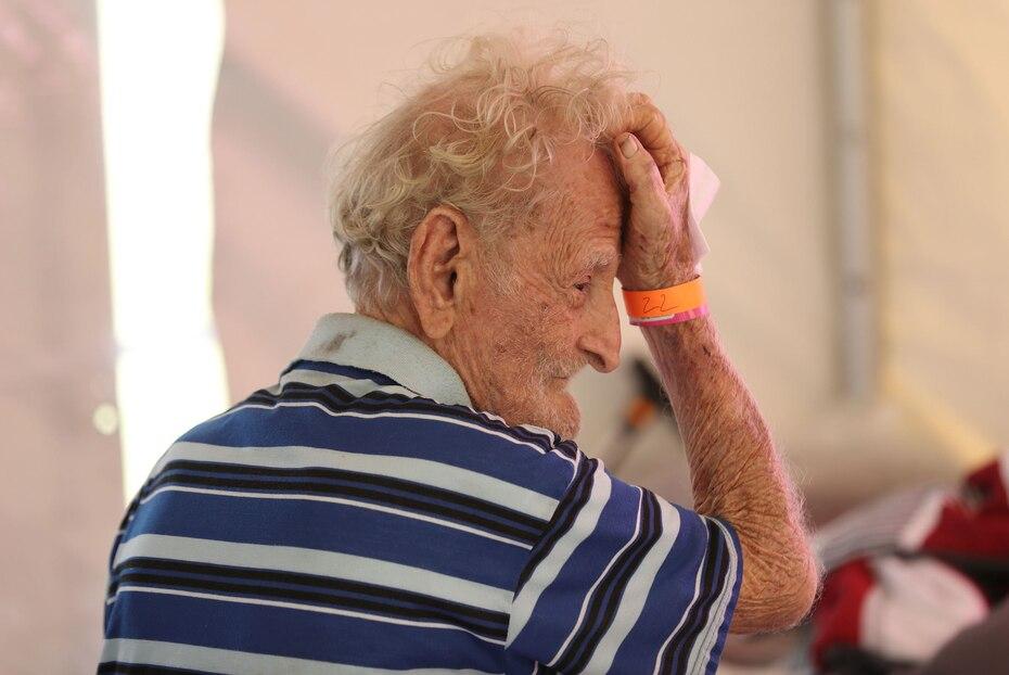 El área tiene la capacidad para albergar hasta 1,500 personas. En la foto, el refugiado Martín Vélez, de 96 años.