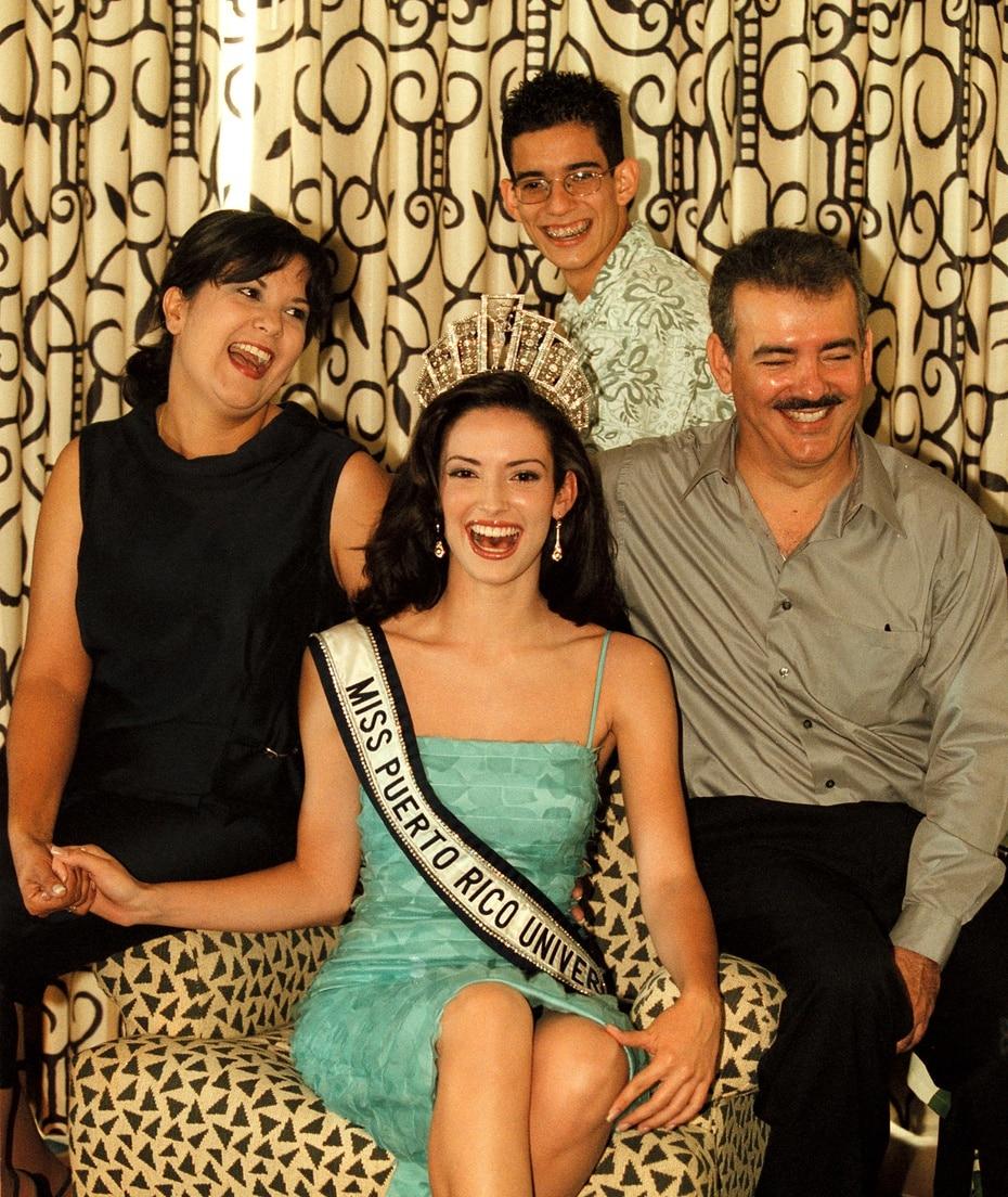 Denise poco después de ser coronada junto a su familia, entre ellos sus padres Héctor Quiñones y Susana August.