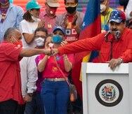 Diosdado Cabello saluda al presidente venezolano Nicolás Maduro durante un discurso de cierre de campaña.