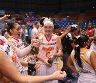 Las integrantes de las Gigantes de Carolina celebran luego de obtener su cuarto campeonato consecutivo y el número 14 de la franquicia.