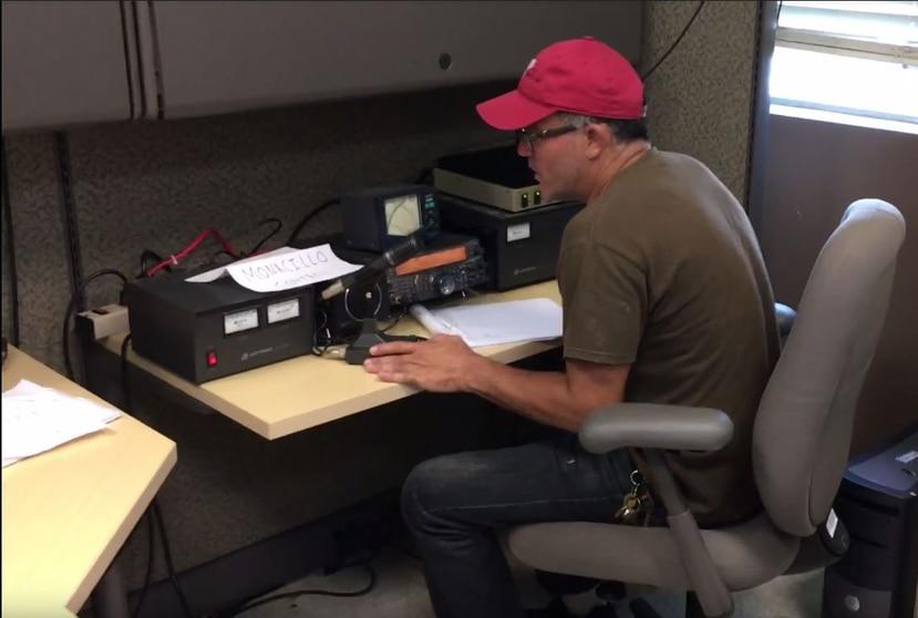 """""""Empezamos el viernes a establecer la red y ya tenemos comunicación en casi la mitad de Puerto Rico y Vieques"""", dijo Raúl González, quien es uno de los que labora en la base ubicada en Monacillos en San Juan. (Toma pantalla video)"""