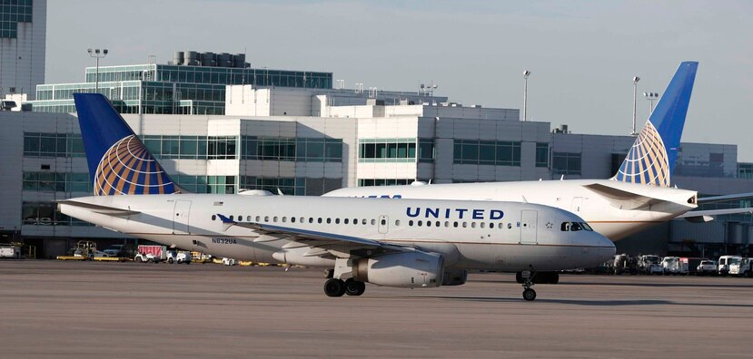 United Airlines dijo que la nueva política fue enviada a los pilotos hace una semana y entró en vigor el sábado pasado. (AP)