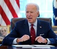 El presidente Joe Biden firma una serie de decretos en la Casa Blanca, Washington.