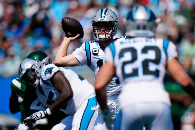 El quarterback de los Panthers de Carolina, Sam Darnold, lanza el balón en la primera mitad del juego ante los Jets de Nueva York.