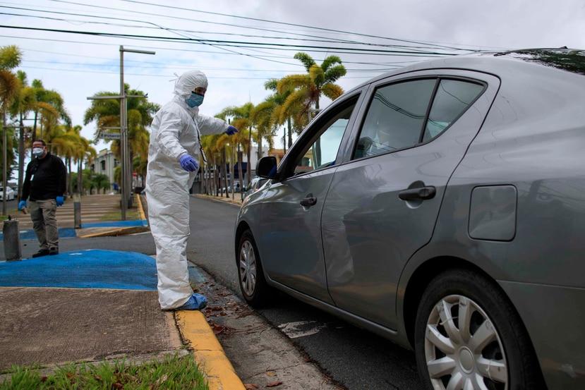 Una enfermera realizando pruebas de coronavirus en Río Piedras. (GFR Media)