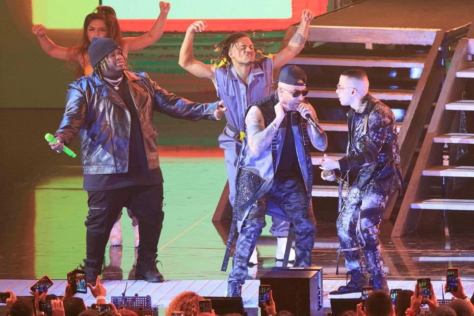 Sech también interpretó un tema junto con el veterano dúo de Wisin y Yandel.