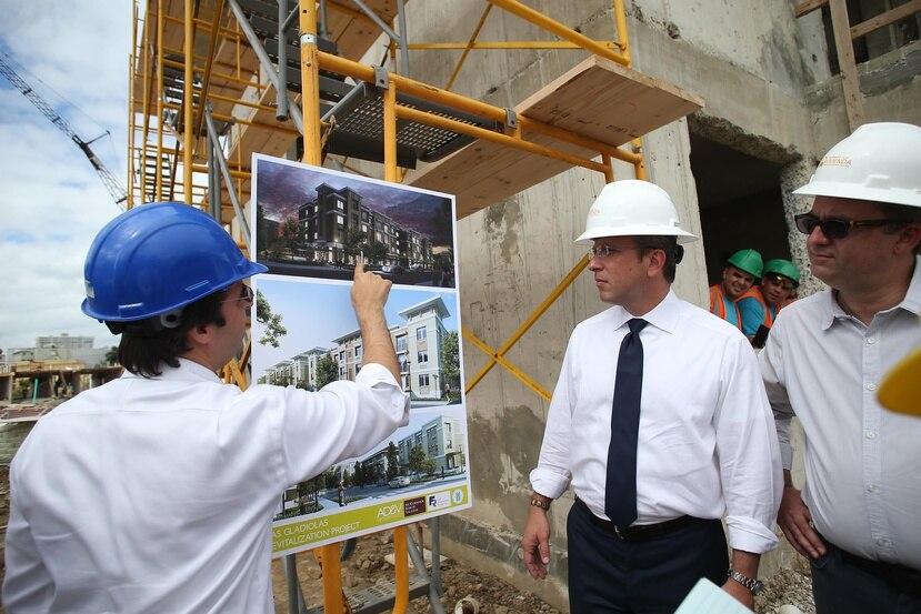 El gobernador Alejandro García Padilla durante un recorrido por proyectos de interés social en San Juan.
