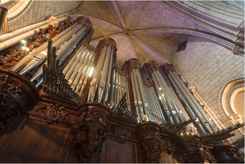 De los 3 órganos de la catedral, se sabe que el mayor -con 5 teclados y cerca de 8 mil tubos- ha quedado intacto. Se encuentra ubicado justo a la entrada del edificio. (notredamedeparis.fr)