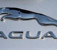 El logotipo de la compañía de automóviles Jaguar brilla sobre un vehículo eléctrico I-Pace en un distribuidor de Jaguar, en Littleton, Estados Unidos.