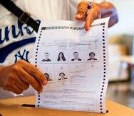 Un elector muestra su papeleta donde votó por nominación directa por Ricardo Rosselló.
