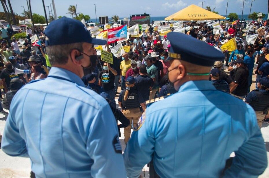 Bajo una fuerte vigilancia policial Empleados y jubilados de la Autoridad de Energía Eléctrica protestan a las afueras del Capitolio mientras la Cámara de Representantes intenta frenar el contrato de LUMA.